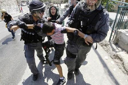 Soldados de Israel prendem menino e mãe tenta livra-lo