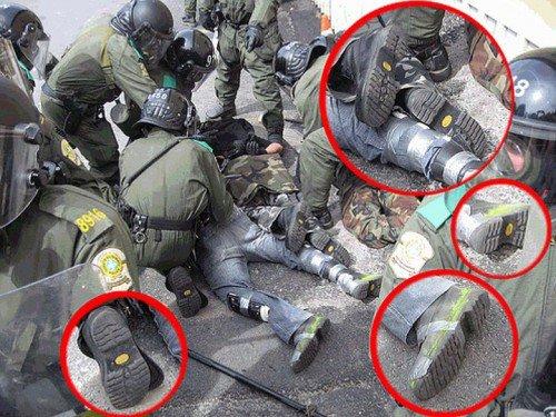 Τα παπούτσια και των δύο ομάδων είναι τα ίδια. Στην Ιταλία μιλάνε ανοιχτά πλέον για ομάδες μεταμφιεσμένων αστυνομικών με κουκούλες που υποδύονται τους καταστροφείς/κουκουλοφόρους.