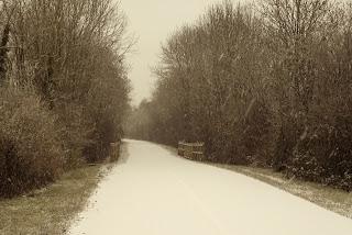 La voie verte encerclant Nolay sous les premières neiges de l'hiver en 2012