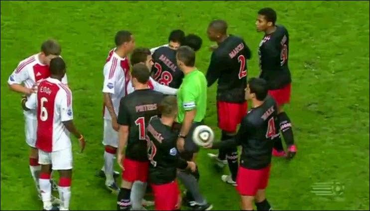 Suarez menggigit Otman Bakkal source: http://theoriginalwinger.com