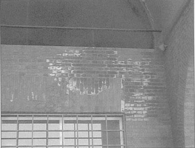 Mancha producida por condensación (cerramiento de piscina pública cubierta), aunque a simple vista parece una humedad de carácter atmosférico.