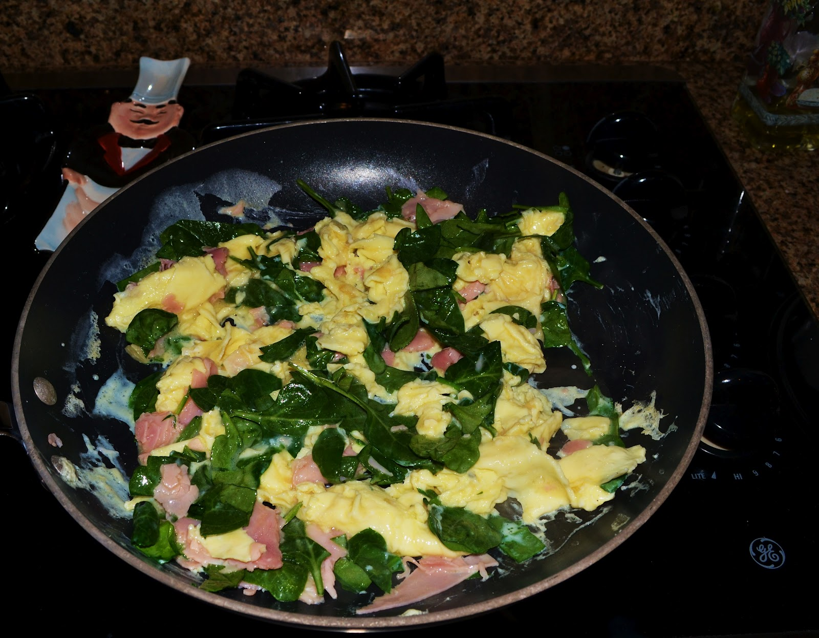 Breakfast Pizza with Ham, Eggs, Cheese, Spinach and Tomatoes | Yummy ...