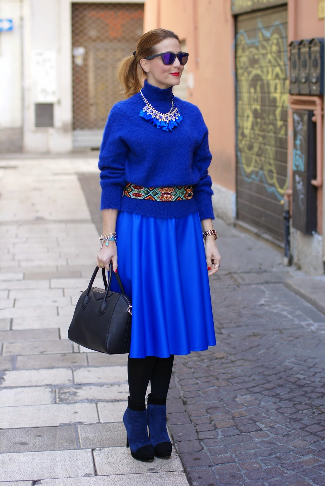 royal blue midi circle skirt, gonna midi blu elettrico, turtleneck sweater with tassel necklace, Fashion and Cookies, fashion blogger