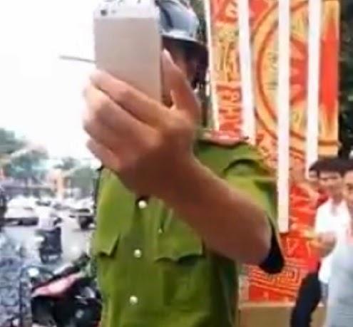 Bị thanh niên ghi hình, CA cầm điện thoại… quay lại