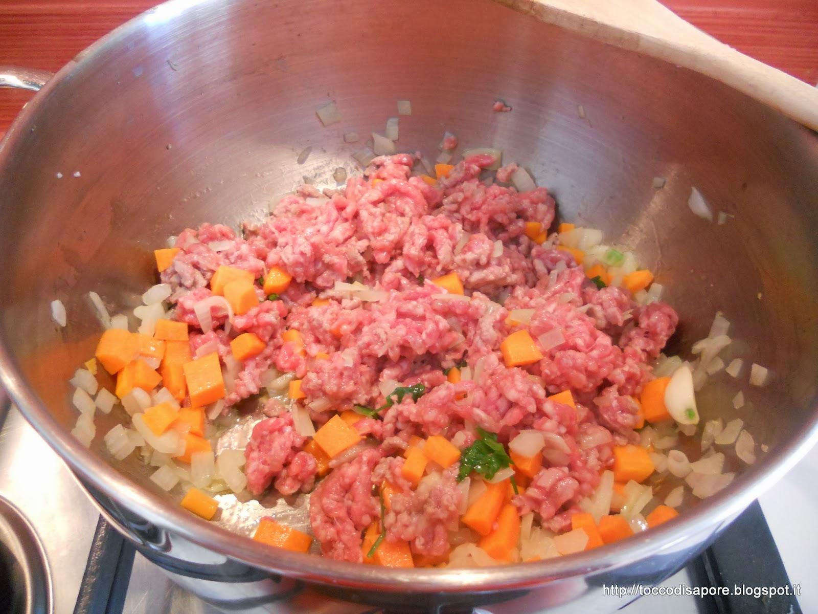 Soffritto di carote e cipolle con aggiunta del macinato