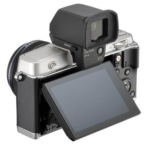 Fotografia della Olympus PEN E-P5 con il mirino elettronico esterno