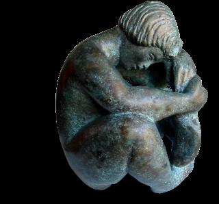 Statue style figuratif d'une jeune fille assise en boule