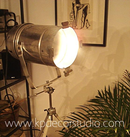 Lámpara-foco sobre trípode antiguo estilo industrial y vintage. Focos antiguos