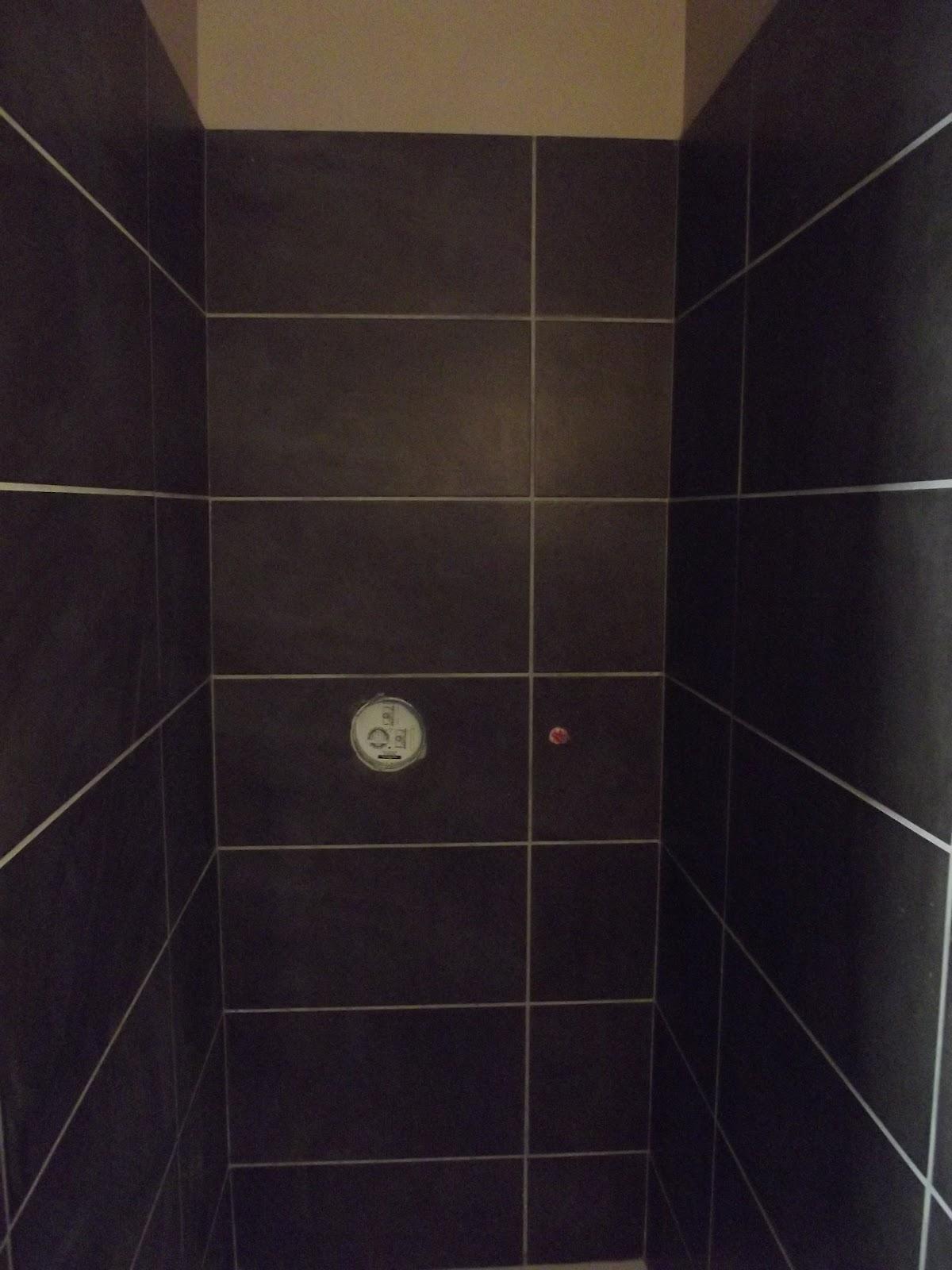 Carrelage  Création Salles de bain avec un carrelage 30x60cm marron