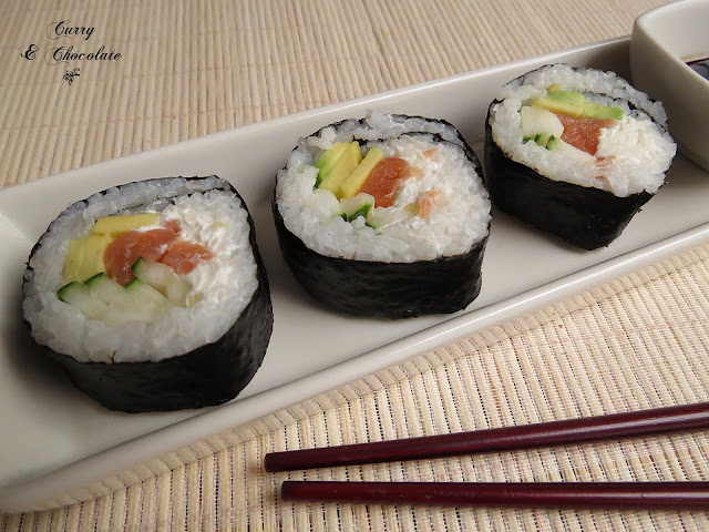 Maki de salmón y aguacate – Smoked salmon and avocado sushi roll