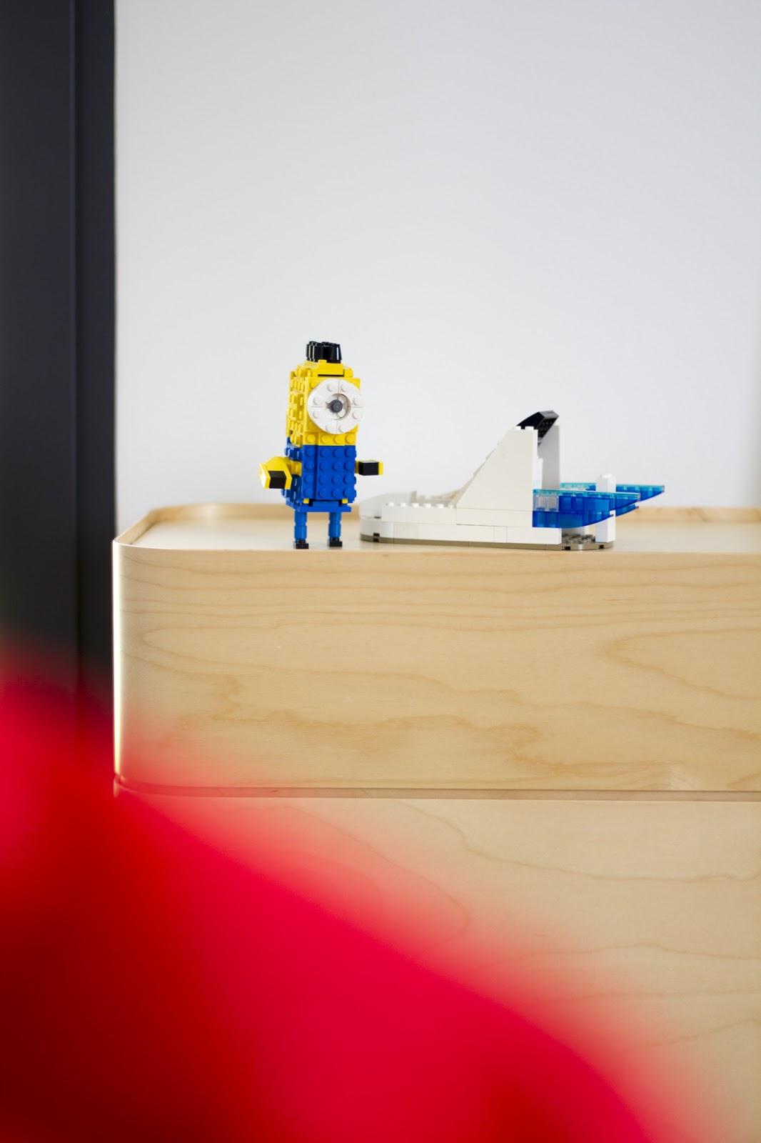 Lastenhuoneen Iittala Vakka ja lego hahmoja