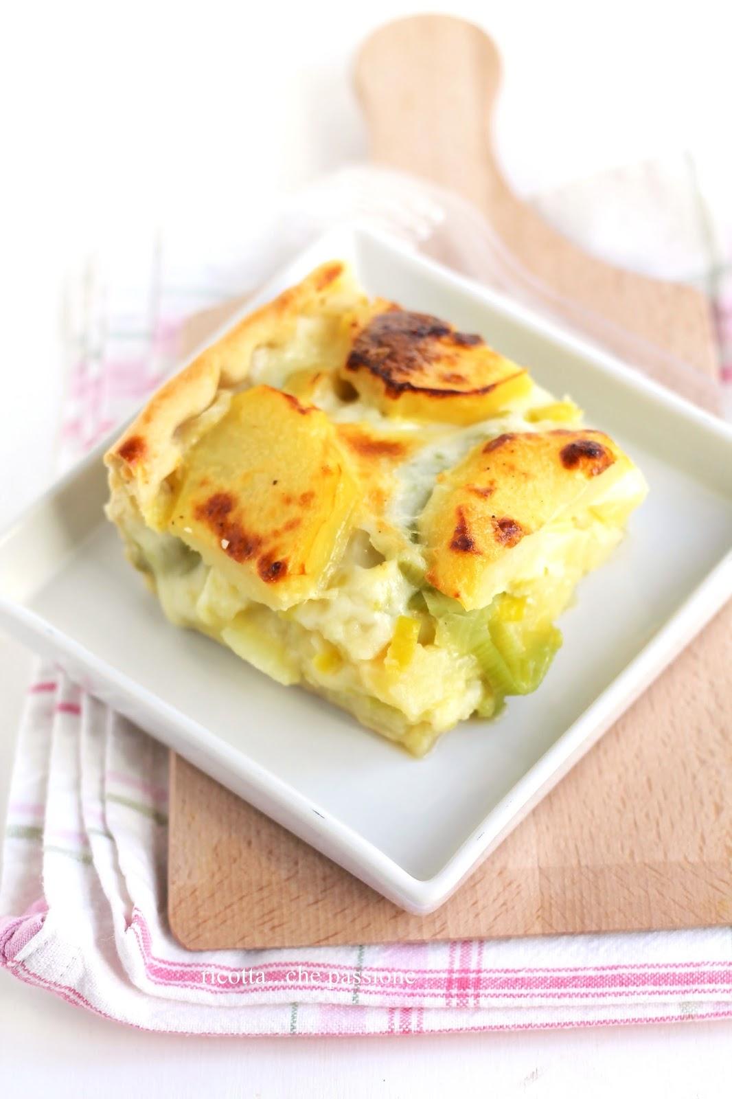 torta salata con patate, porri e scamorza