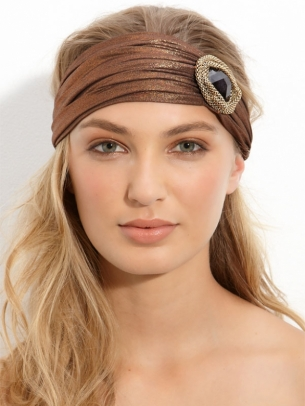 los tonos de la ropa o precisamente uno que haga contraste,sin duda,también los sombreros, están entre los complementos más demandados para el cabello.