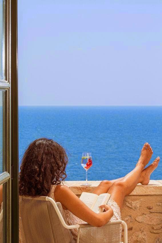 Ατενίζοντας το απέραντο γαλάζιο με συντροφιά ένα βιβλίο και ένα ποτήρι κρασί