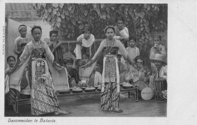 Dancing girls at Batavia Jakarta - ca.1901