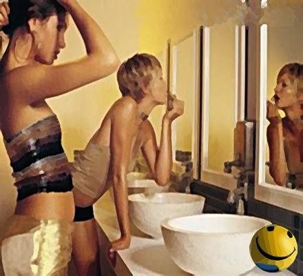 Mulheres em dupla no banheiro