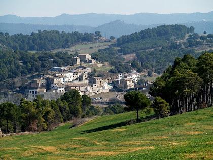 El poble del Mujal o Mojal des del Camí de L'Oliva