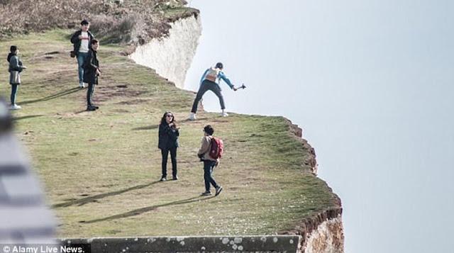 Ηλίθιος πήδηξε στον αέρα για να βγάλει καλή φωτογραφία κι έπεσε στον γκρεμό! video!