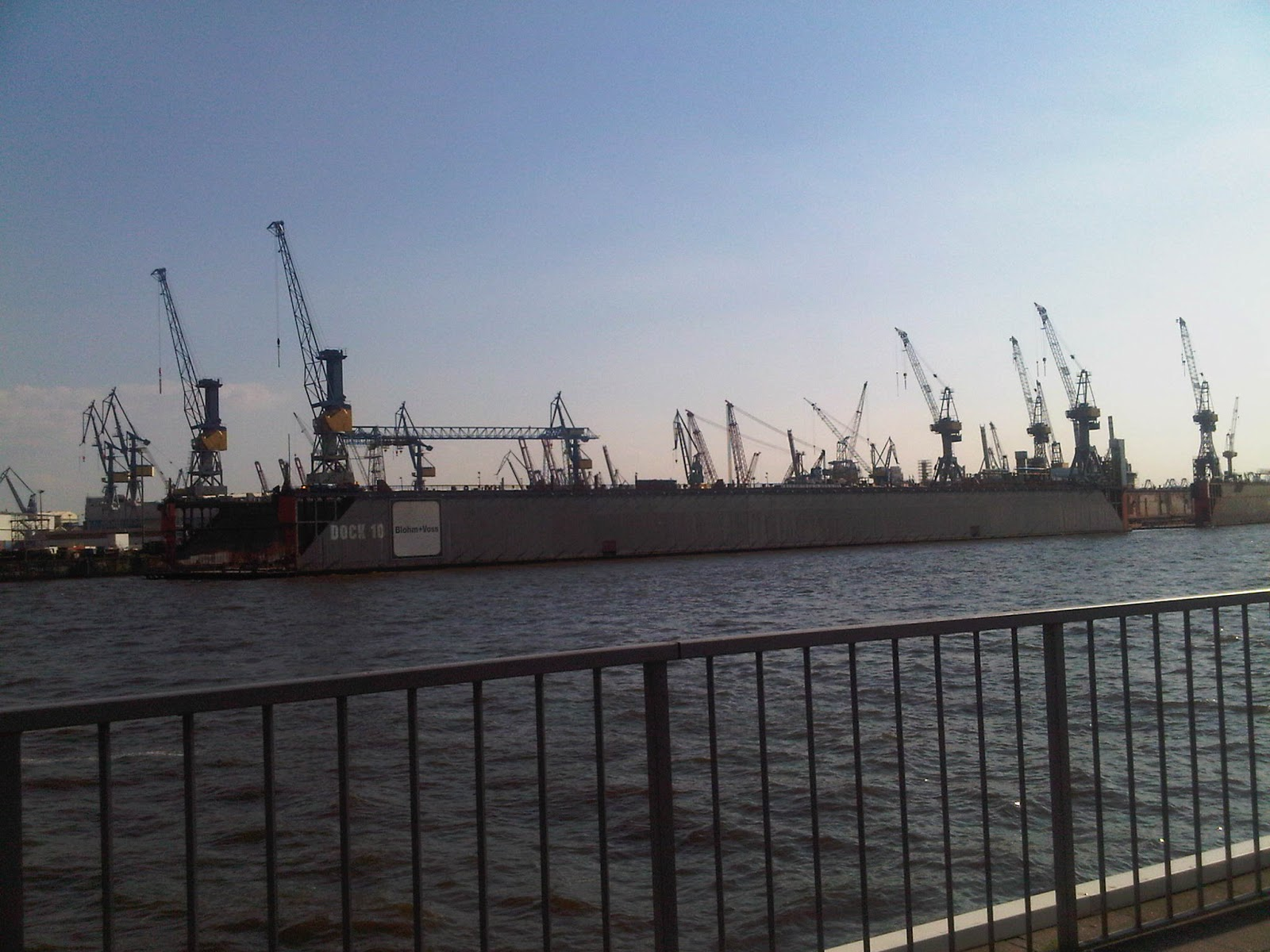 Hamburger Hafen und Dock 10 von den Landungsbrücken aus