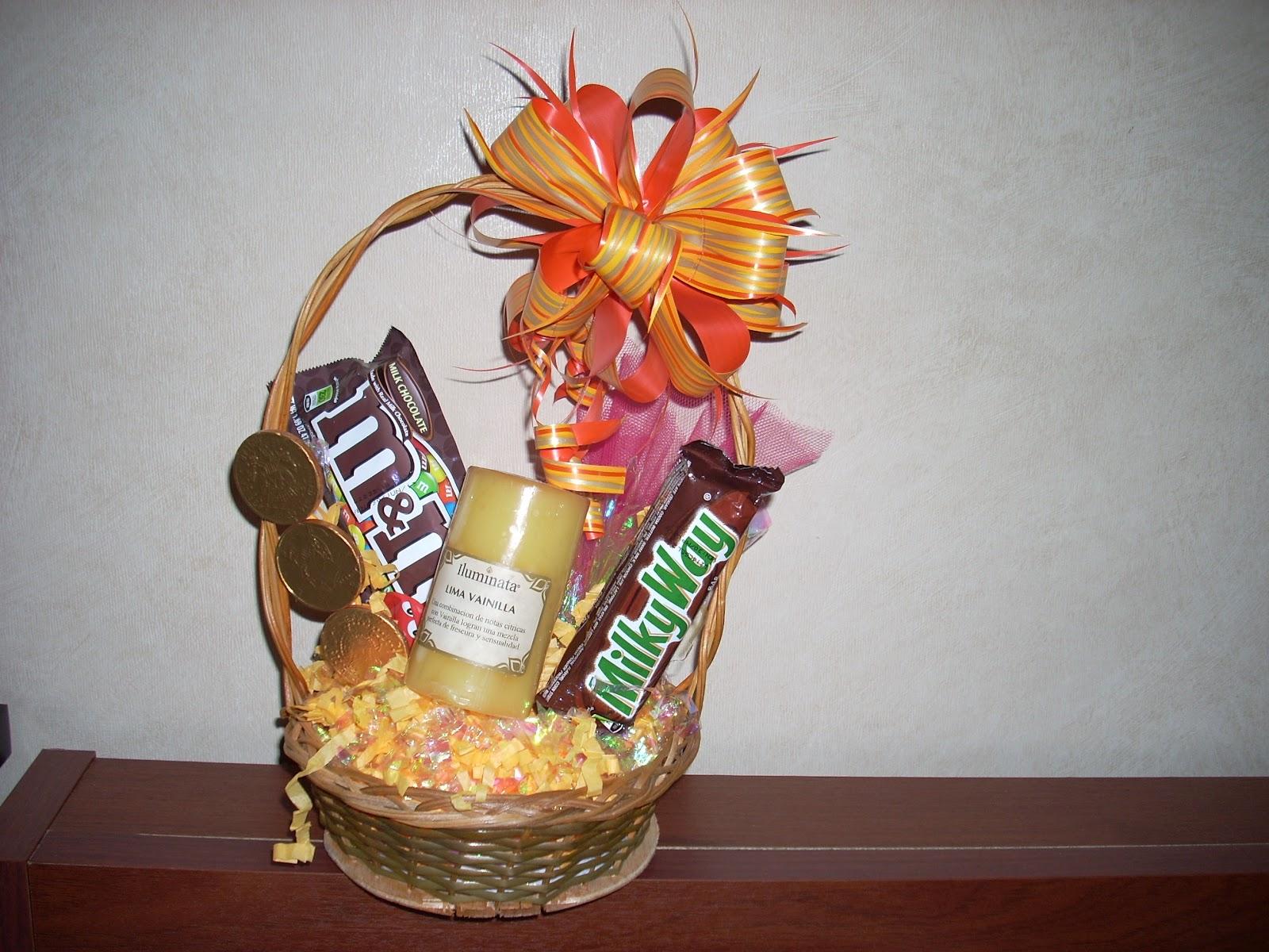 Decora tu regalo canastas con dulces y detalle - Como adornar cestas de mimbre ...