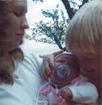 Mamman ( som numera är både farmor & mormor) och de två barnen .......