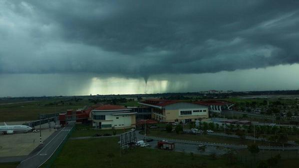 Gambar Kejadian Puting Beliung Di Alor Setar Kedah 31 Okt 2014