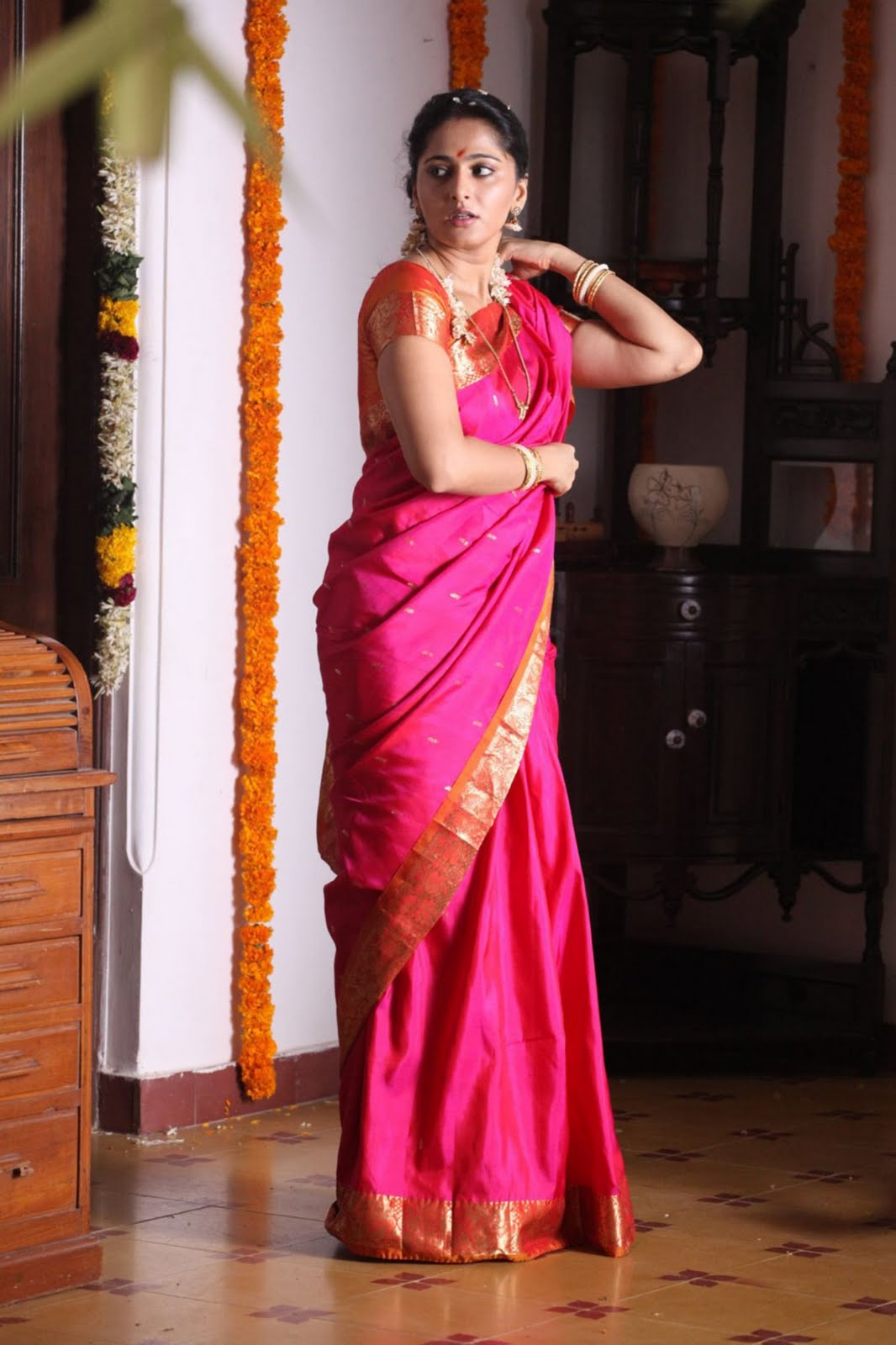 Anushka Shetty In Wedding Saree Pics From Siva Thandhavam