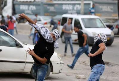 Pasukan Bersenjata Lengkap Israel Ternyata Pengecut, Dilempar Batu Bersembunyi di Tong Sampah