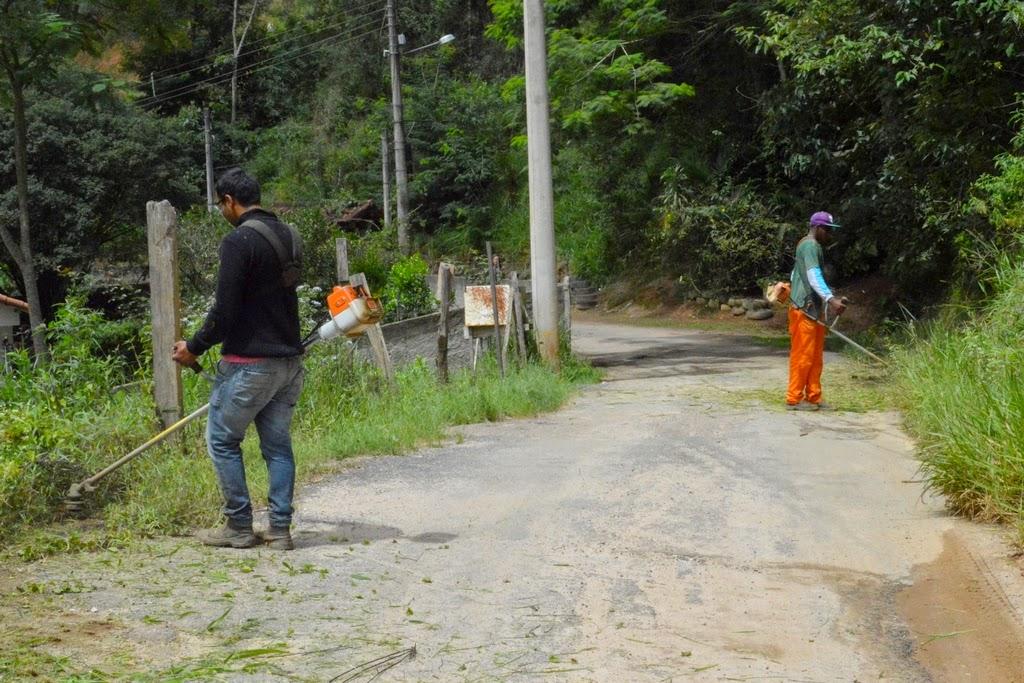 Funcionários municipais executam limpeza geral em vias do 2º Distrito