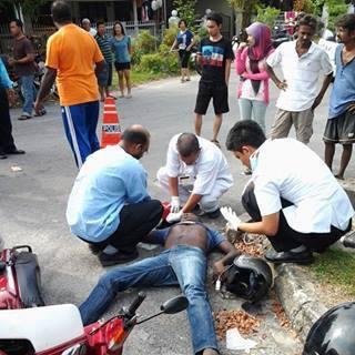 Penunggang maut motosikal bertembung kereta