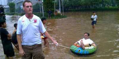 Tingkah Kocak Bule Saat Banjir Melanda Jakarta
