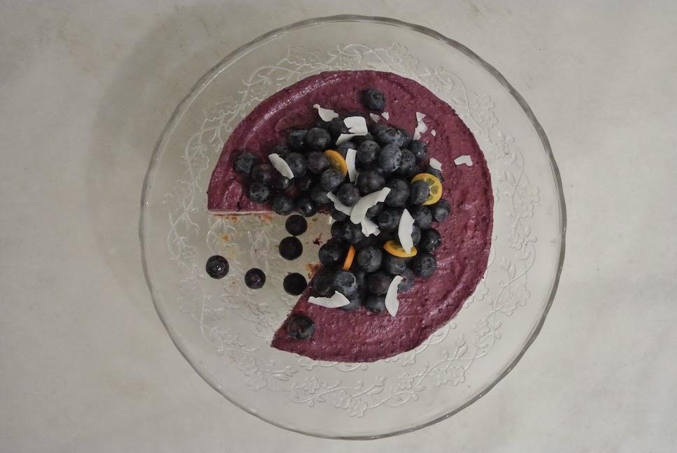 http://le-cru-et-le-cuit.blogspot.com.es/_cheesecake crudo de arándados, frambuesas y coco