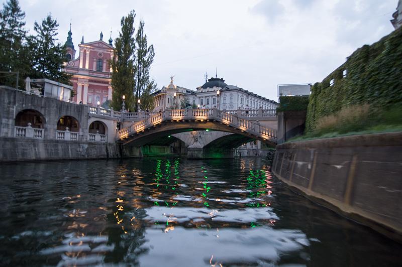 Ljubljana iz rečnega korita Tromostovje full
