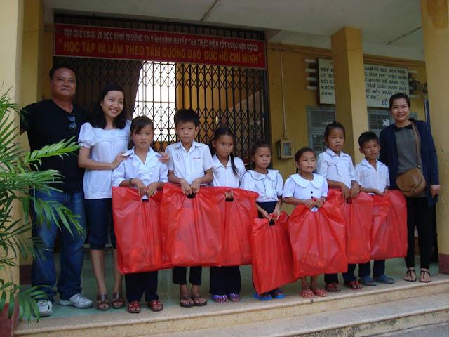 Trao tạng quà cho học sinh nghèo