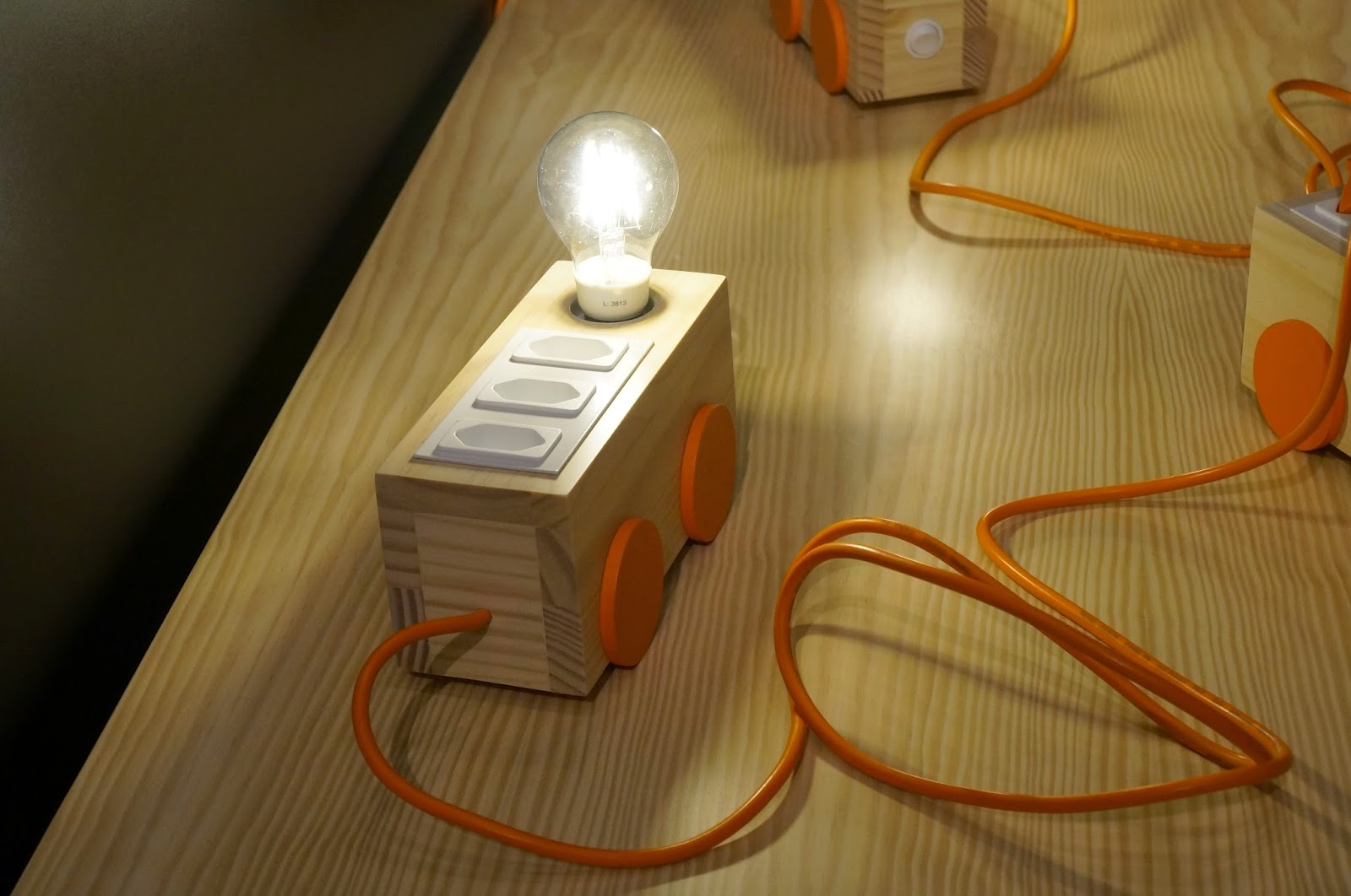 Bel Lobo - Coleção Vira e Mexe - Tok&Stok - extensão anda luz com três tomadas e ponto de luz