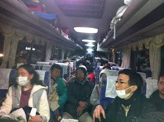photo WNI evakuasi korban tsunami sendai jepang