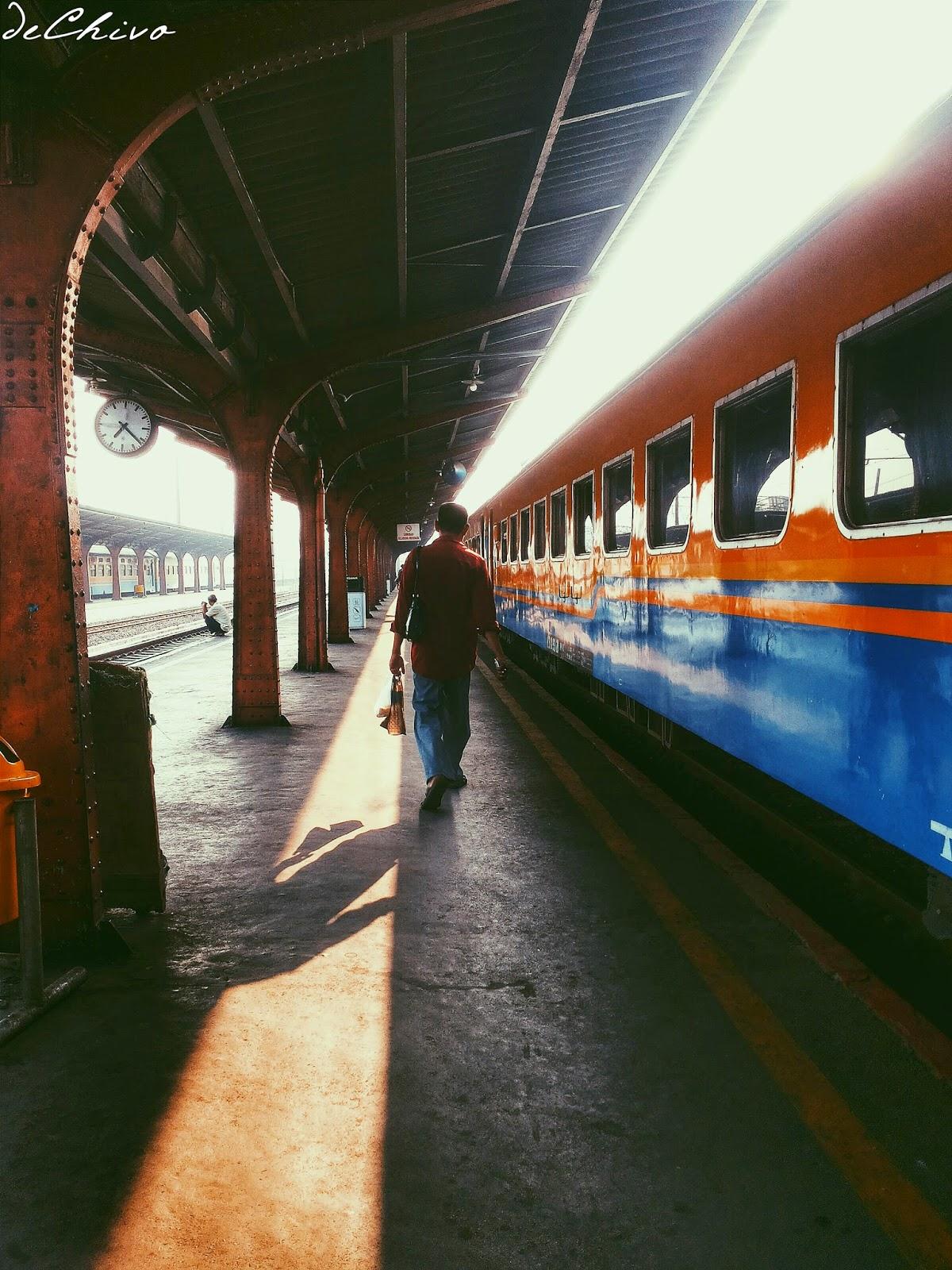 Naik kereta sendirian pagi-pagi di Stasiun Kota
