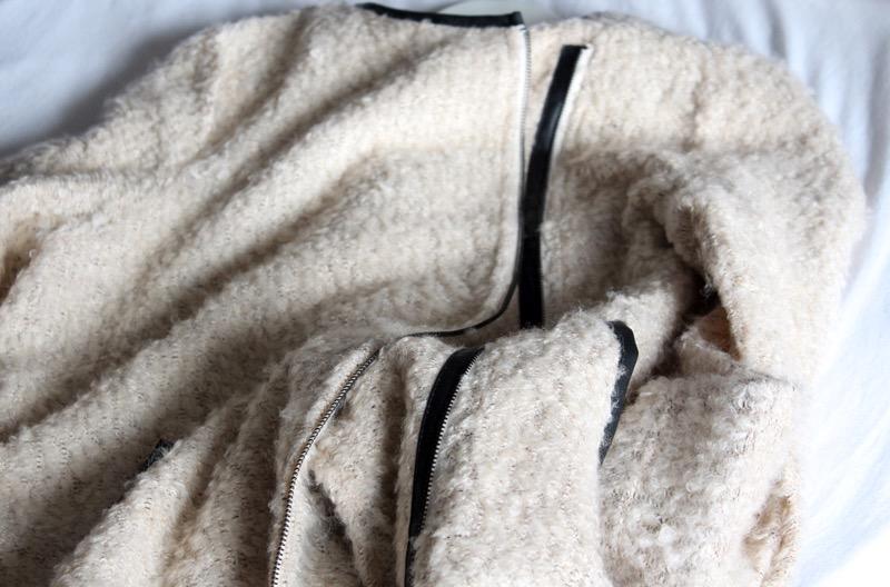 Kamelin värinen villatakki nahkaisilla yksityiskohdilla