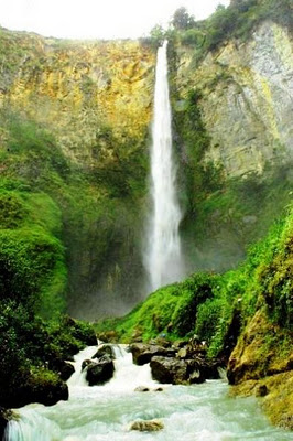 Segarnya Air Dari Air Terjun Sipiso-Piso Sumut
