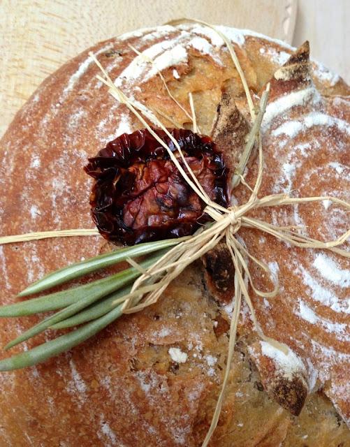 pan de tomates secos, orégano y cebolla
