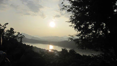 プーシーの丘の夕日(ルアンパバーン)