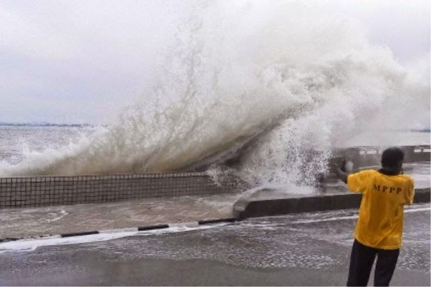 'Giant' waves hit Penang Esplanade