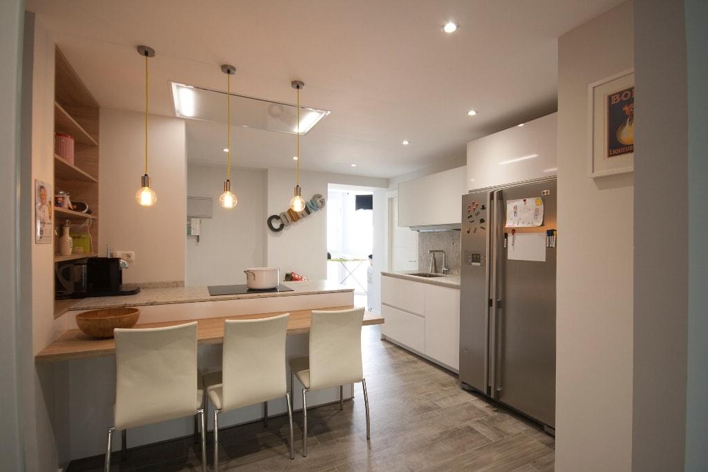 mesas de madera un complemento ideal para las cocinas blancas