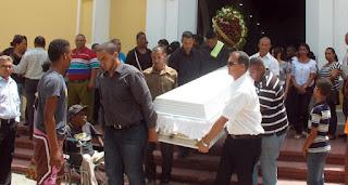Azuanos le dan el último adiós a la joven asesinada en asalto