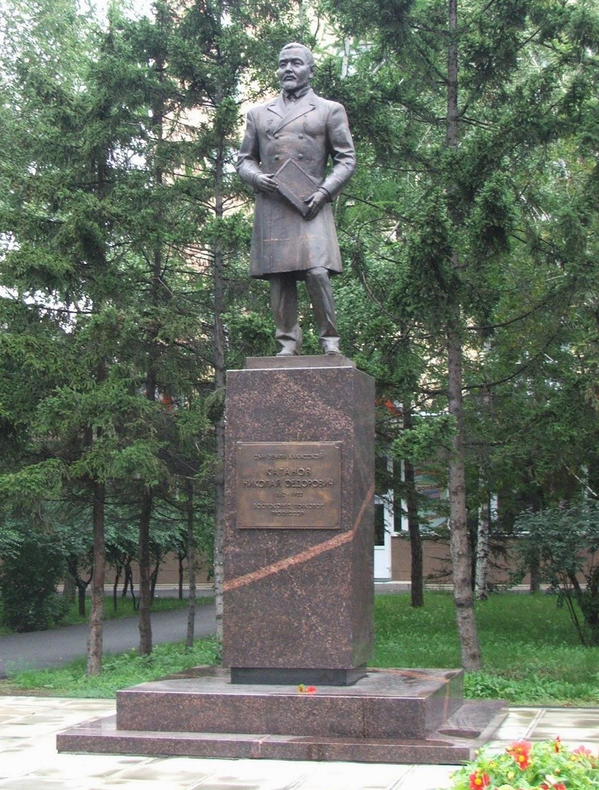 Памятник с ангелом Черногорск Памятник Роза из двух видов гранита Стародуб