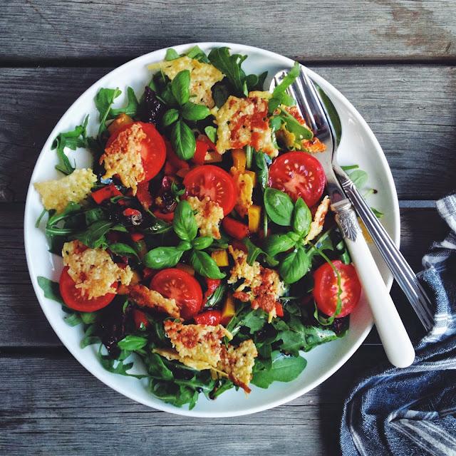 Pizza salat med parmasanchips - mit livs kogebog