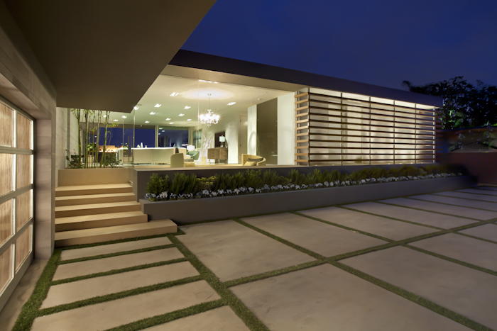 Facade of Beautiful Modern Home by Shubin + Donaldson Architects at night
