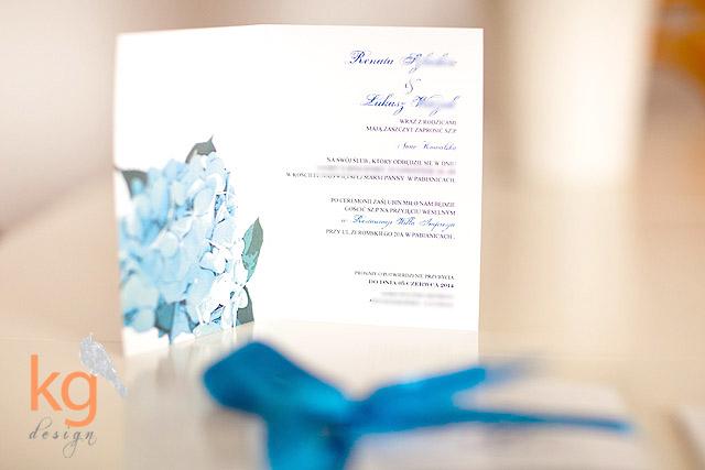 hortensja, niebieski, błękitny, wiązane sznurkiem, wstążka, biały, koperta, kwiaty, mapka na kalce, minimalistyczne, monogram, nietypowe zaproszenie, papeteria, RSVP, zaproszenie ślubne, zawiadomienie na ślub, oryginalne zaproszenia na ślub, zawiadomienie, zaproszenie na wesele, artystyczne, ręcznie robione, niebieski, chabrowy, błękitny, pastelowe, eleganckie, wyjątkowe zaproszenie, zaproszenie na ślub cywilny, USC, Warszawa, Kraków, Wrocław, Gdańsk, papeteria ślubna, KG Design, poligrafia ślubna, Gabriela Kmiecik, Gabriela Sroka, mapka na kalce, mapka dojazdu, potwierdzenie przybycia, zaproszenia eko,