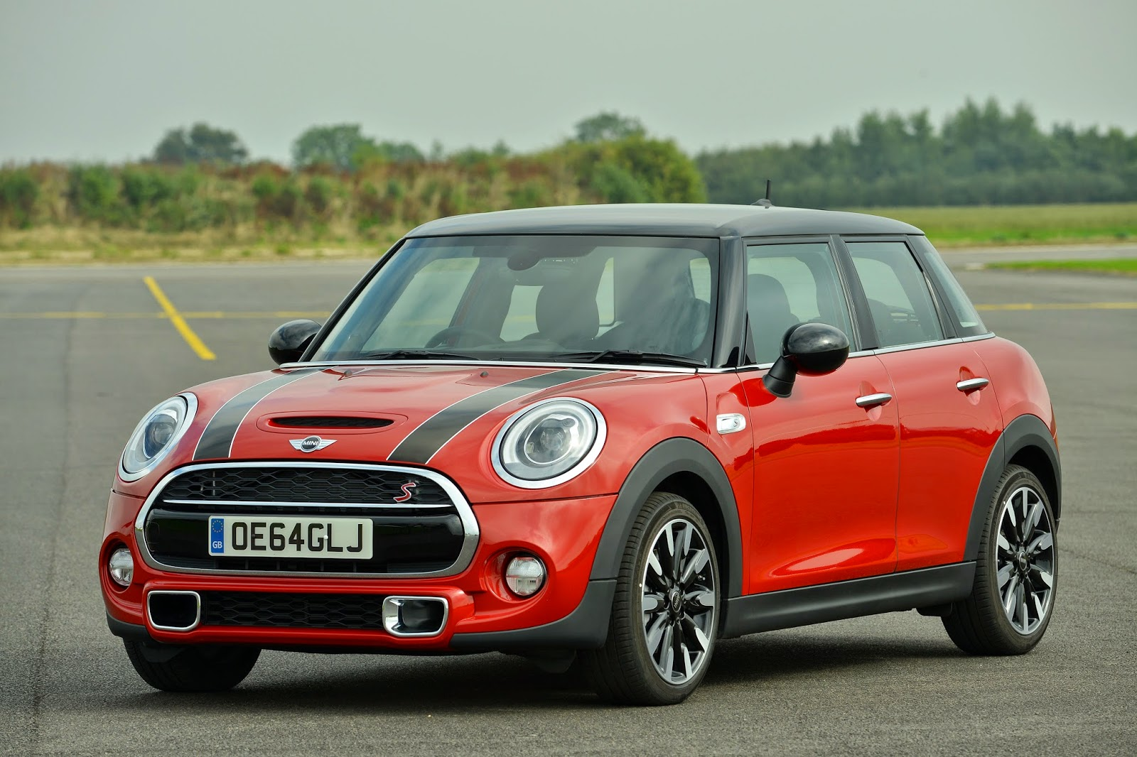 Front 3/4 view of 2015 Mini Cooper S Hardtop 4 door