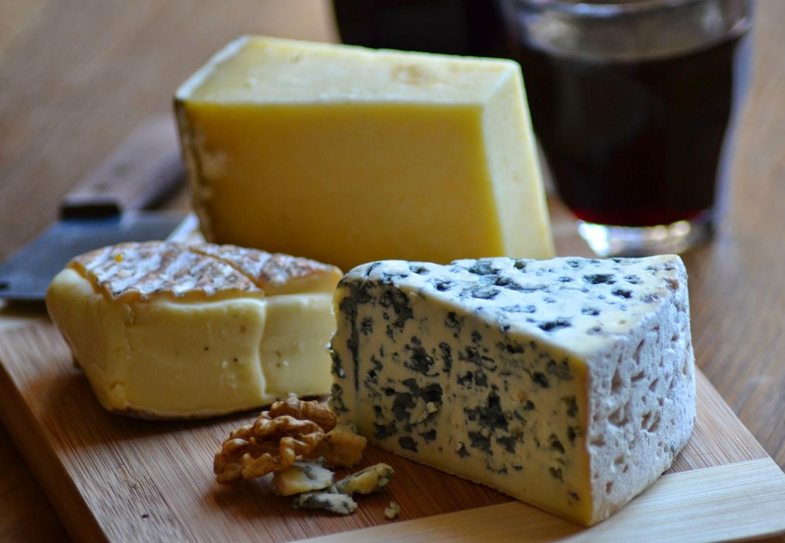 Franse kaasplank. Verschillende kazen uit de Auvergne. Bleu d'Auvergne, Cantal en Saint-Nectaire